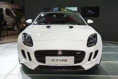Voiture blanche de ftype de jaguar Photo stock