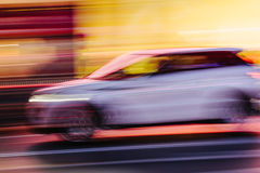Voiture blanche de SUV dans une scène brouillée de ville Photos stock