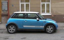 Voiture bleu-clair de Mini Cooper à Vilnius Image stock