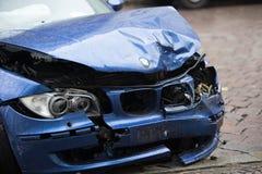 Voiture bleue écrasée de BMW images stock
