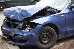 Voiture bleue écrasée de BMW photos stock