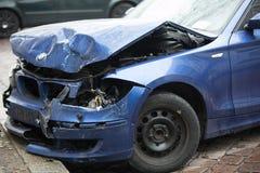 Voiture bleue écrasée de BMW photographie stock libre de droits