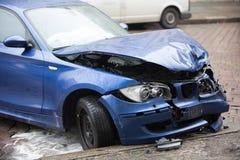 Voiture bleue écrasée de BMW photos libres de droits