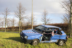 Voiture bleue après accident de la circulation Photo stock