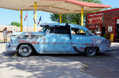 Voiture bleue de vintage, Route 66, Seligman, Arizona, Etats-Unis Photos libres de droits