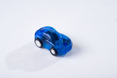 Voiture bleue en plastique de jouet sur le fond blanc, conception simple, jouet pour enfants Photographie stock