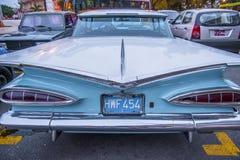 Voiture bleue et blanche d'un vintage en Havana Cuba Images stock