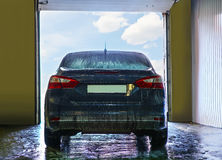 Voiture bleue sur la station de lavage Photos stock