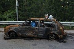 Voiture brûlée, carrosserie de burn-out remplie de déchets photos libres de droits