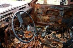 Voiture brûlée, abandonné et rouillé Image libre de droits