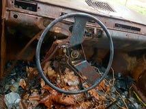 Voiture brûlée, abandonné et rouillé Photographie stock