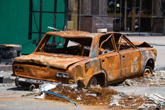 Voiture brûlée et cassée sur la place de l'indépendance à Kiev Photographie stock