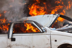 Voiture brûlante brûlant les sapeurs-pompiers automobiles d'exercice images libres de droits