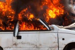 Voiture brûlante brûlant les sapeurs-pompiers automobiles d'exercice image libre de droits