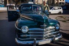 Voiture carbeautiful de Plymouth de vintage resplendissant à vieille La Havane, Cuba Photographie stock libre de droits