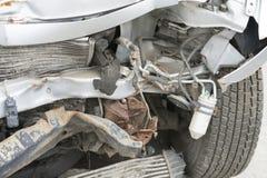 Voiture cassée après un accident de la circulation Photographie stock