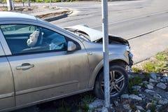 Voiture cassée dans un accident Vue de côté Images libres de droits