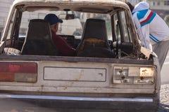 Voiture cassée de vintage dans Gergia avec des peuples photographie stock libre de droits