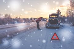 Voiture cassée sur une route neigeuse d'hiver image stock