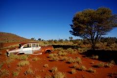 Voiture classique abandonnée dans le désert Images libres de droits