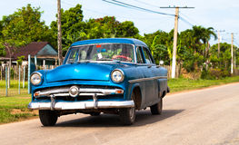 Voiture classique bleue américaine au Cuba sur la rue Image stock