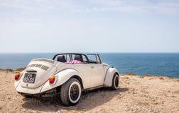 Voiture classique de cabrio sur le littoral portugais Photographie stock libre de droits