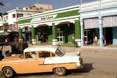 Voiture classique de vintage devant la boutique cubaine Photographie stock