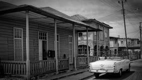 Voiture classique en dehors de maison cubaine coloniale Photographie stock libre de droits