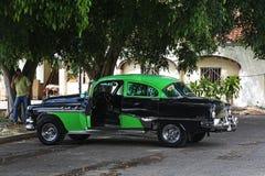 Voiture classique noire et verte utilisée comme taxi Photos stock