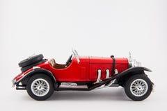 Voiture classique rouge des années 1900 de Mercedes Benz d'isolement à l'arrière-plan blanc Images libres de droits