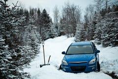 Voiture coincée dans la neige sur Forest Road photographie stock libre de droits