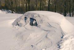 Voiture couverte de neige en congère de tempête de neige d'hiver photos libres de droits