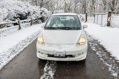 Voiture couverte par neige sur la ruelle de Milou images libres de droits