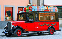 Voiture démodée rouge avec des cadeaux de Noël Photos stock
