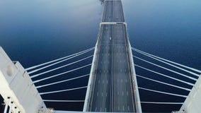 Voiture déplaçant le pont accrochant dessus au-dessus de la baie de mer dans la vue moderne de bourdon de ville clips vidéos
