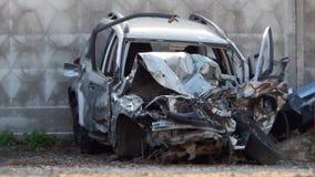 Voiture détruite après collision de route Images stock