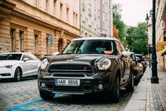 Voiture d'écart-type de Countryman S All4 de tonnelier de Front View Of Black Mini avec 2 Image libre de droits