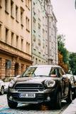 Voiture d'écart-type de Countryman S All4 de tonnelier de Front View Of Black Mini avec 2 Image stock