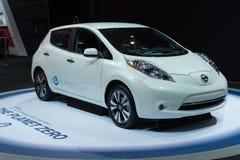 Voiture d'émission de la FEUILLE zéro de Nissan sur l'affichage au salon de l'Auto de LA. Image libre de droits