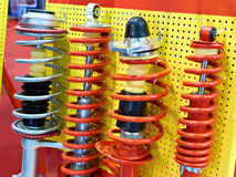 Voiture d'amortisseurs de suspension dans le magasin de pièces d'auto Photo libre de droits