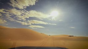 Voiture d'appareil-photo dans le conducteur POV de désert du Sahara banque de vidéos