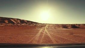 Voiture d'appareil-photo dans le conducteur POV de désert du Sahara clips vidéos