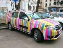 Voiture d'arc-en-ciel de Dacia Logan Images libres de droits