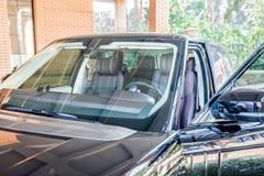 Voiture d'entraînement à quatre roues avec la porte ouverte Photo stock