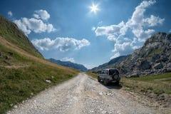Voiture d'Off Road sur la route rugueuse de haute montagne, Monténégro photo stock