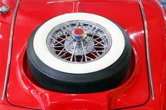 Voiture d'Oldtimer avec la roue de secours Image stock