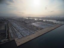Voiture d'usine dans le dock d'expédition au coucher du soleil image stock