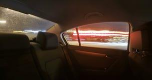 Voiture dans la circulation urbaine de nuit banque de vidéos