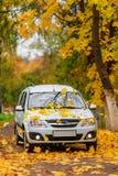 Voiture dans la forêt d'automne Photo stock