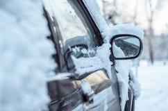 Voiture dans la neige. photos stock